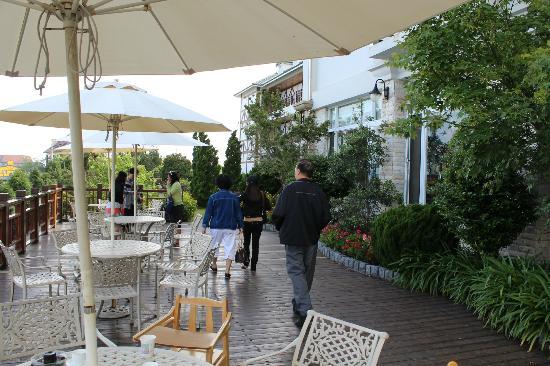 Jun Yue Hanging Garden Resort: Hotel front porch