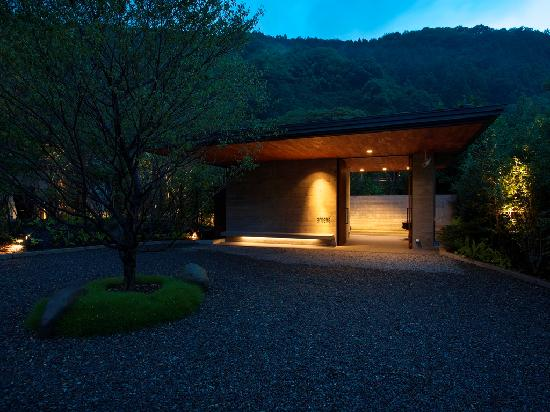 Arcana Izu : entrance at night