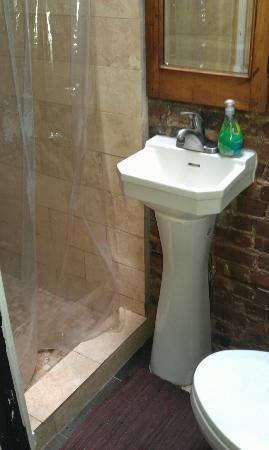 Bed & Breakfast Mont Morris : Kleines aber sehr sauberes Badezimmer auf dem Flur