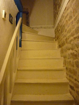La Maison de Claire: le vieil escalier menant à la lumineuse