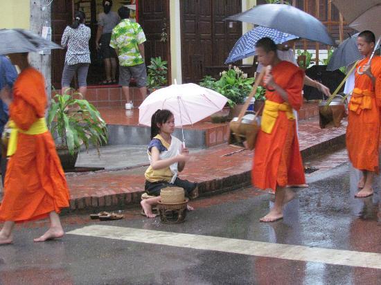 Hotel Au Fil Du Mekong (Mekong Riverside Hotel): Offrandes au moines