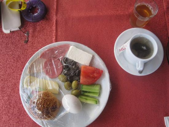 Etenna Hotel: Breakfast was served from filled plates