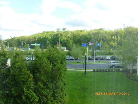 Hilton Garden Inn Danbury: Our view of I-84. Convenient, but noisy.