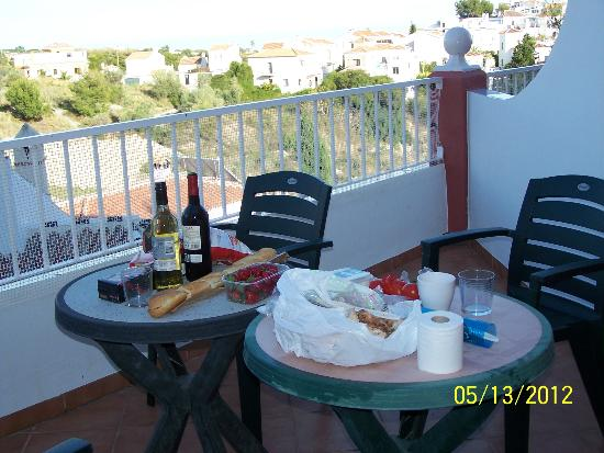 Hotel Los Arcos: Patio with view of Mediterranean and mountains