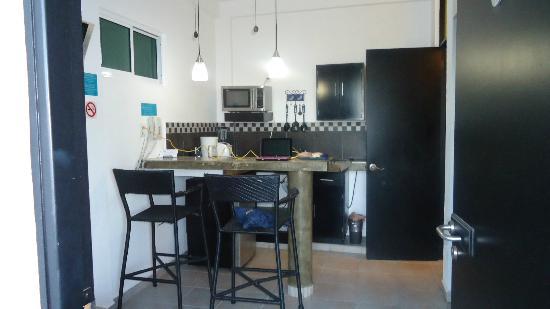 Hotel Suites Nadia: vista general de la cocina