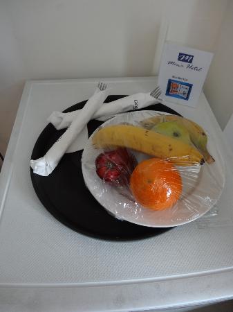 Mina Hotel: Complimentary platter of fresh fruit
