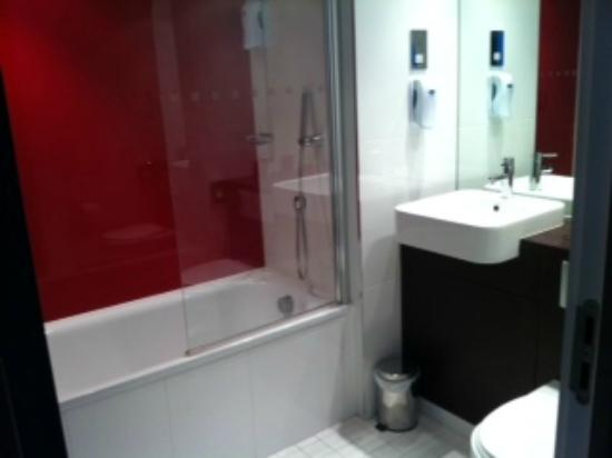 Village Hotel Solihull: Bathroom