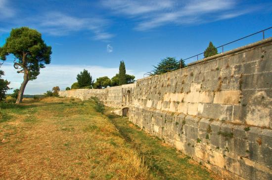 Kastel in Pula: defensive walls