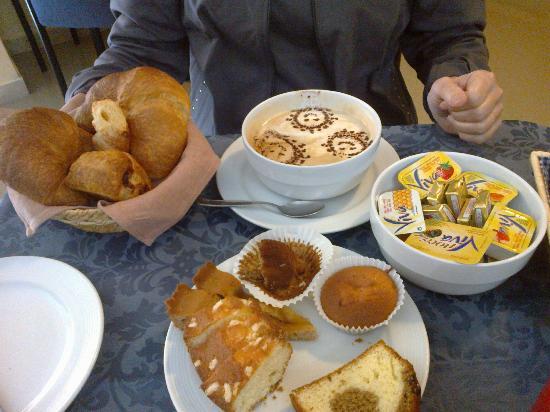 هوتل تيرينيا: Esempio di colazione...auguri x il resto!!!