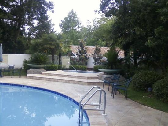 Econo Lodge Inn & Suites: Pool and Hot tub