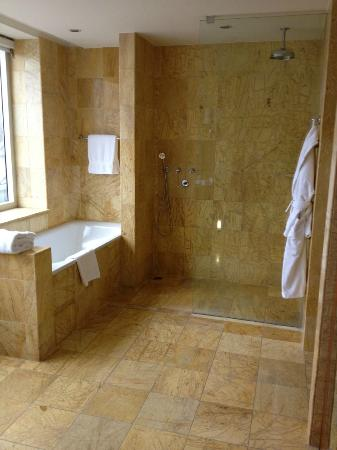 Regent Warsaw Hotel : Bathroom in Club Deluxe King