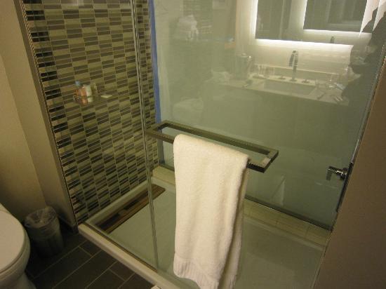 ショア ホテル, シャワーブース