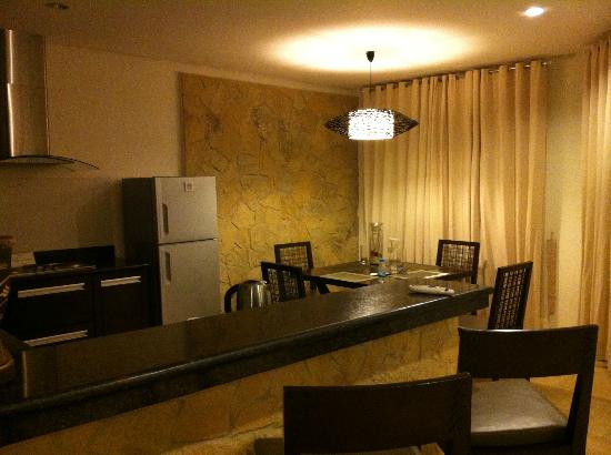 7Stones Boracay Suites: 餐桌