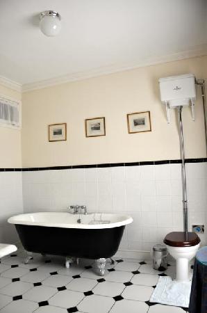 Beechwood Hotel: Room 7 bathroom view 1