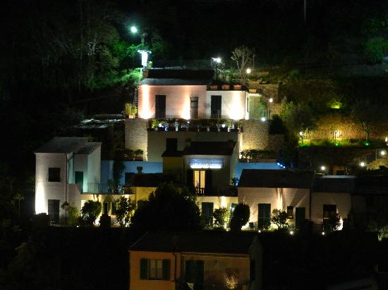 Cinqueterre Residence: Cinque terre residence by night