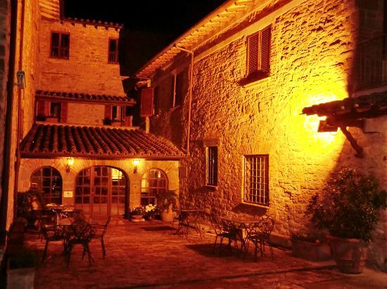 Relais La Fattoria: Notturno dell'albergo ripreso da una sua terrazza