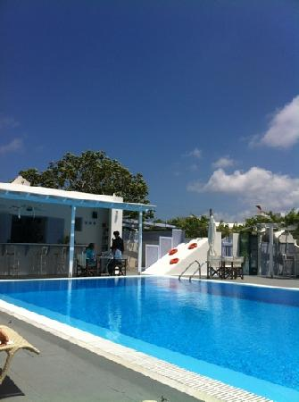 Pelagos Hotel-Oia: the pool and bar at Pelagos