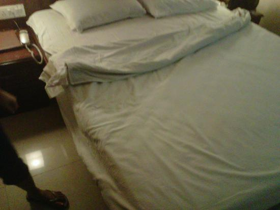 Hotel Nandhini Minerva Circle: untidy bed with bedbugs underneath