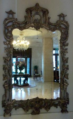 Mercure Catania Excelsior: Lobby mirror