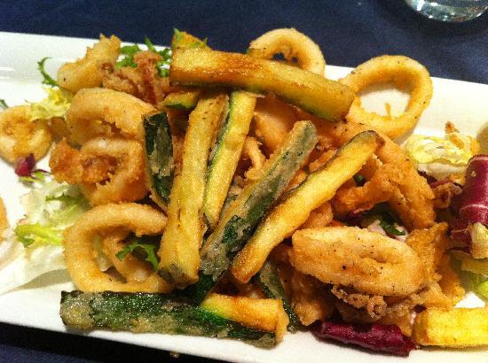 Anema e Cozze: antipasto di calamari fritti con zucchine fritte