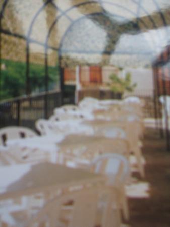 Kimboa Hotel: pergola exterior con mesas