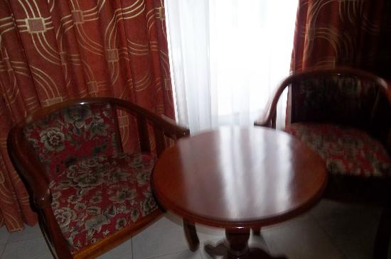 Sentrim Nairobi Boulevard Hotel: Table and chairs in the room