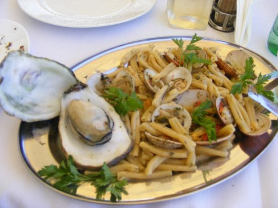 โรงแรมคริซานาบีช: shellfish with home made pasta from local 'Argentina' restaurant