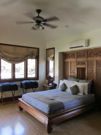 Ho'oilo House: The spacious bedroom