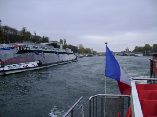 Paseo en barco por el río Sena, París.
