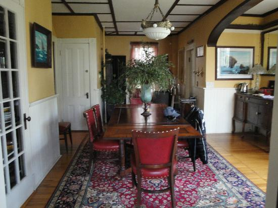 Ruby's Cove Bed and Breakfast: dining room