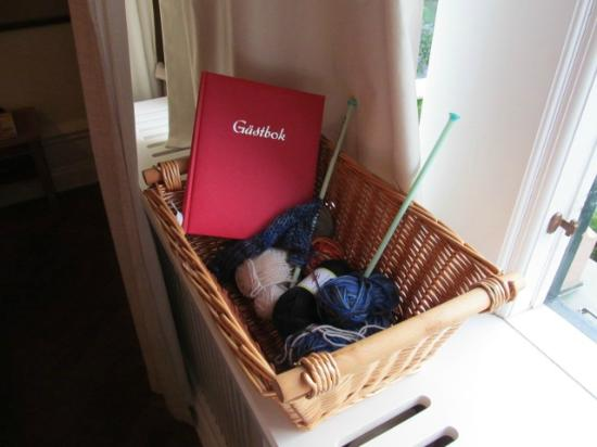 Grand Hotel Lund : guesbook with a pair of knitting needles