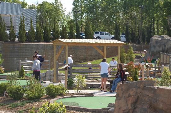 Lake Norman Miniature Golf: Lots of Shade - made it easy 4 us 2 play on a HOT day
