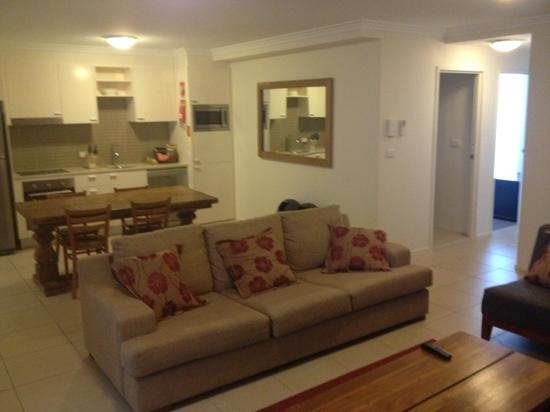 Byron Bay Hotel & Apartments: Open plan living and kitchen area (2brm unit)