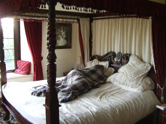 Talskiddy, UK: Resting in the four poster