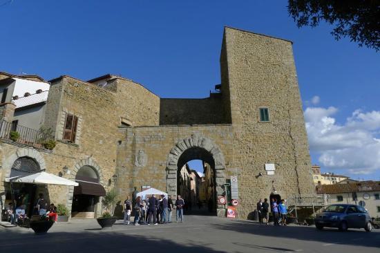 Residence Le Santucce: Acesso principal a cidade