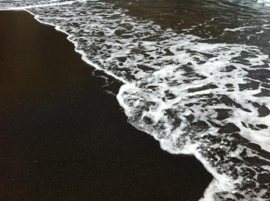Perissa Beach: black sand