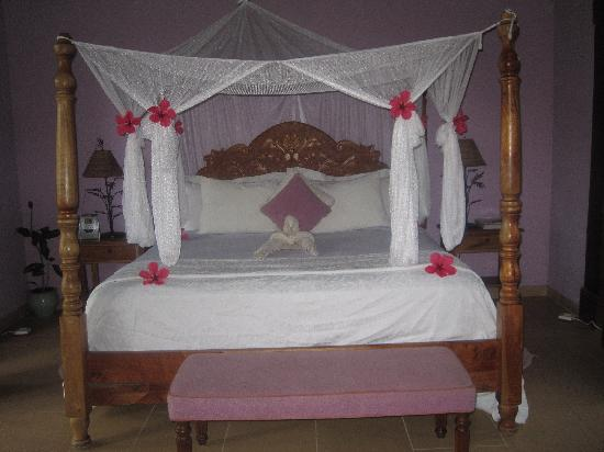 Idle Awhile The Villas: pretty bed every day