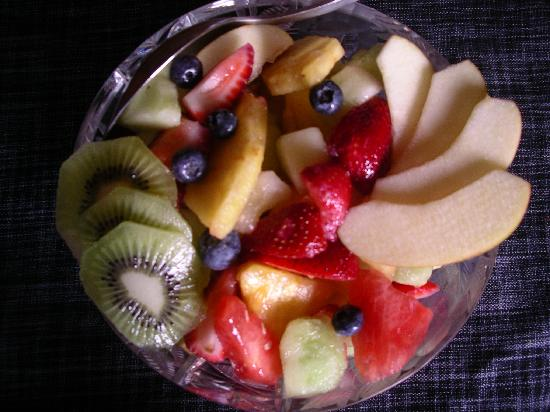 Majestic Ocean Bed and Breakfast: Fresh fruit starts the breakfast