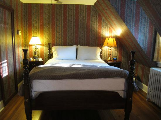 Hillbrook Inn: Dog friendly bed-room
