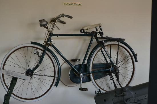Army Museum: old bicycle