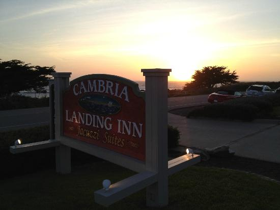 Cambria Landing Inn & Suites: Driveway