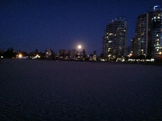 Oaks Calypso Plaza Resort: moon rising looking at hotel from beach
