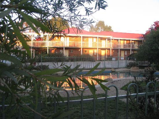 Nicholls, Australia: Back view of the Motel