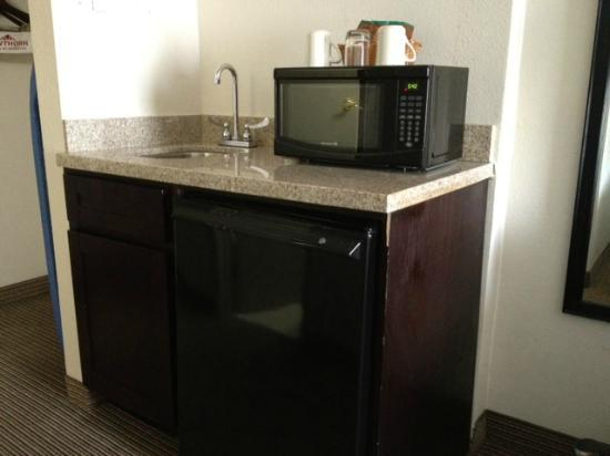 Quality Inn: Fridge and microwave