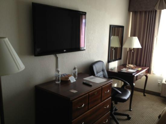 Quality Inn: Desk and flat-screen TV