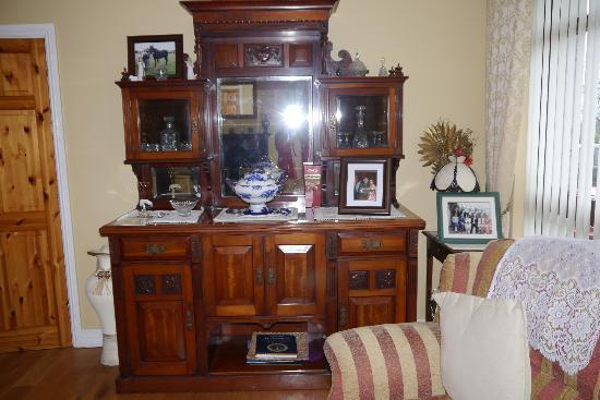 Bungalow Farmhouse B & B: The beautiful sideboard in the guest sitting room