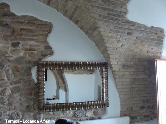 Locanda Alfieri: parete sopra il letto