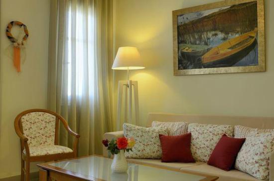 Omirikon Hotel: Σαλονάκι με τάσεις floral