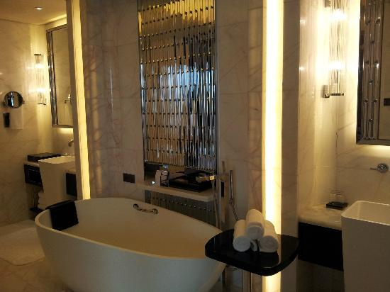 The St. Regis Shenzhen: the bath tub situated in the centre