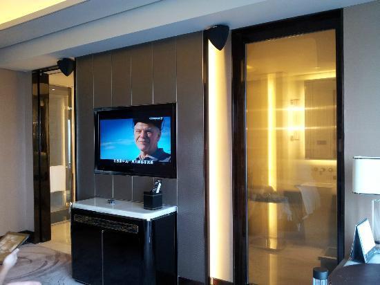 The St. Regis Shenzhen: 2 doors accessible to bathroom